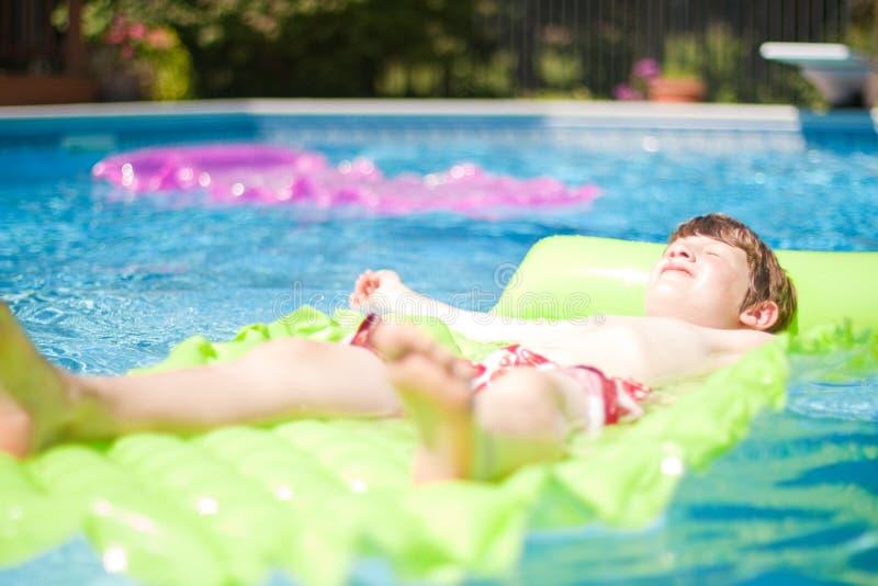 Cabrito que se relaja en piscina foto de archivo