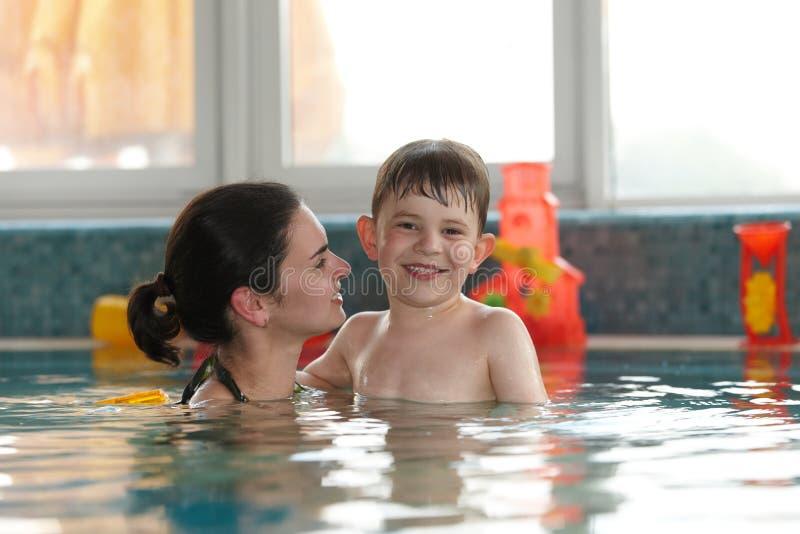 Cabrito y madre felices en piscina imagenes de archivo