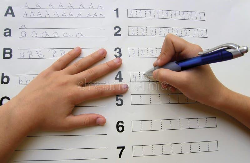 Cabritos de la escuela writening alfabeto imagen de archivo libre de regalías