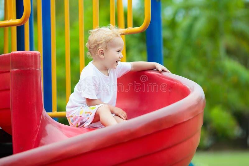 Cabritos en patio Juego de niños en parque del verano foto de archivo libre de regalías