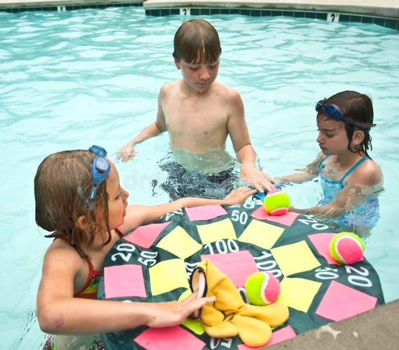 Cabritos listos para jugar al juego de la piscina fotos de archivo libres de regalías