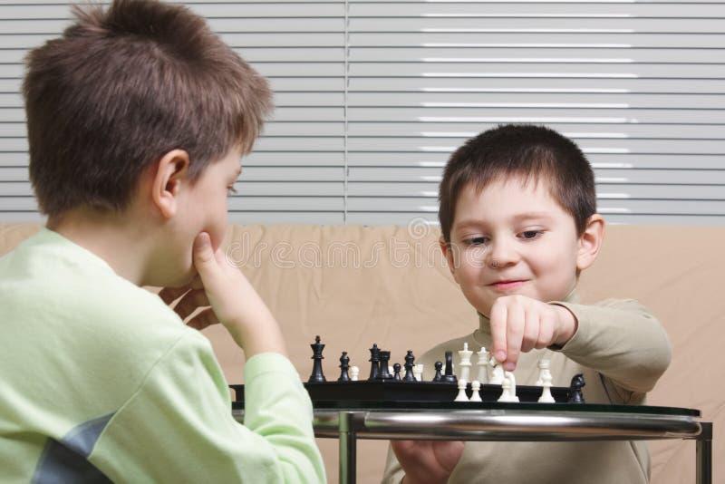 Cabritos que juegan a ajedrez fotografía de archivo