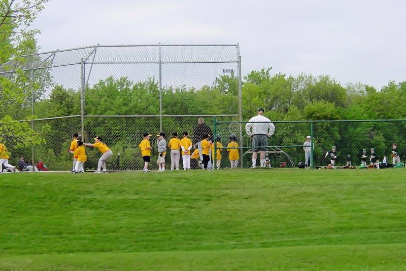Cabritos que juegan a béisbol foto de archivo libre de regalías