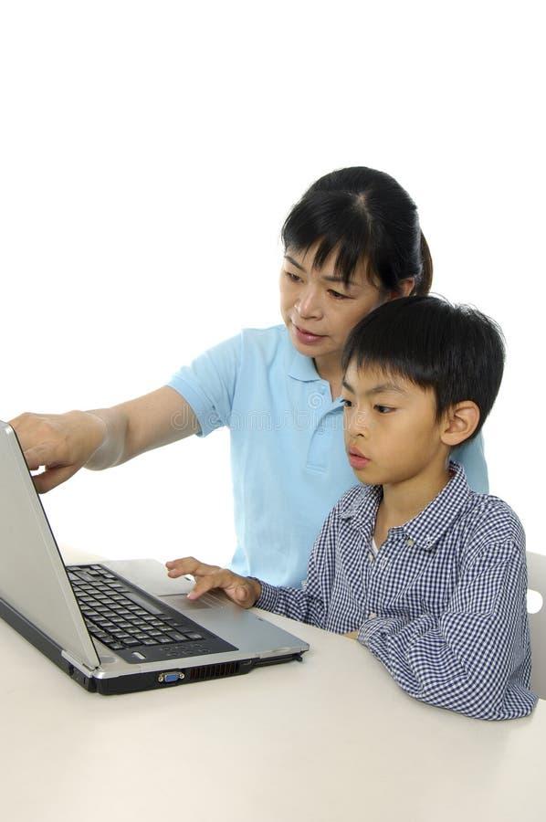 Cabritos que juegan el ordenador foto de archivo libre de regalías