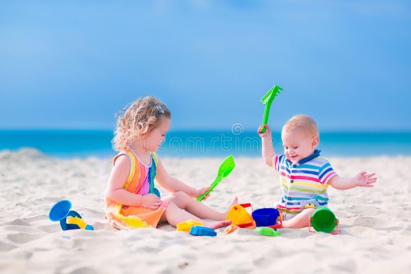 Cabritos que juegan en la playa fotos de archivo
