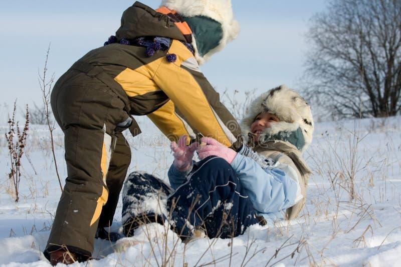 Cabritos Que Juegan En Nieve Imagenes de archivo