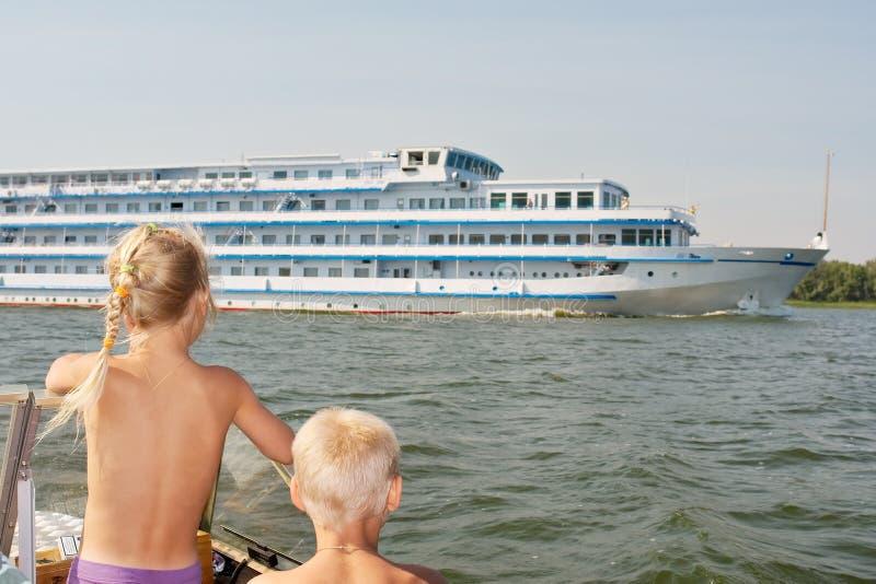 Cabritos que miran el barco de cruceros grande imagen de archivo libre de regalías