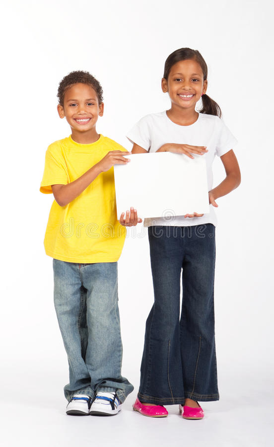 Cabritos que sostienen whiteboard fotografía de archivo libre de regalías