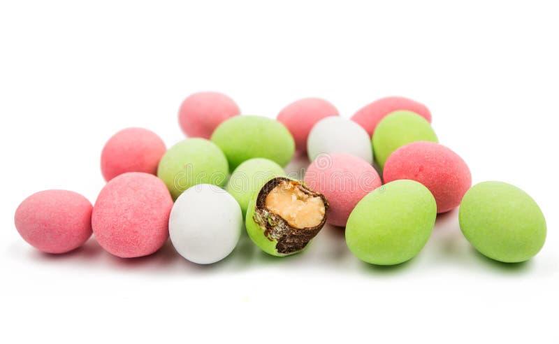 Cacahuetes cubiertos con el esmalte multicolor foto de archivo