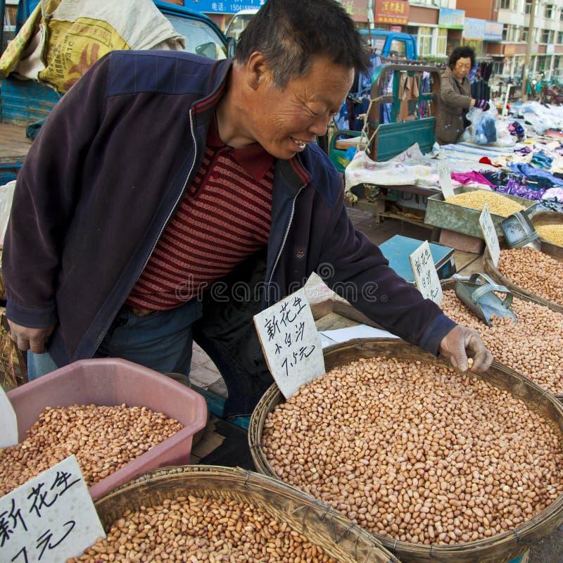 Cacahuetes de una venta por agricultores foto de archivo libre de regalías
