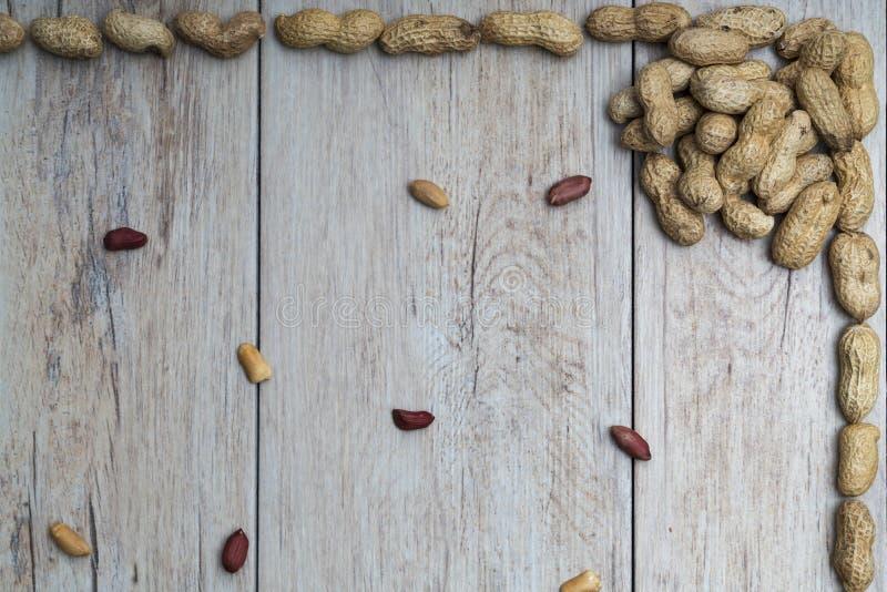 Cacahuetes en superficie texturizada madera foto de archivo libre de regalías