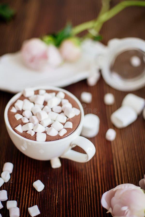 Cacao avec la guimauve et les fleurs images libres de droits
