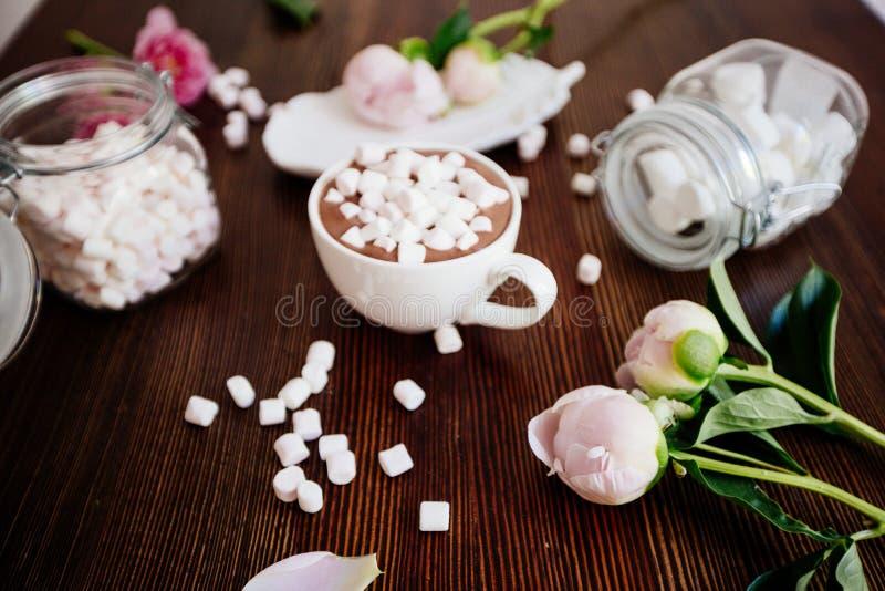 Cacao avec la guimauve et les fleurs images stock