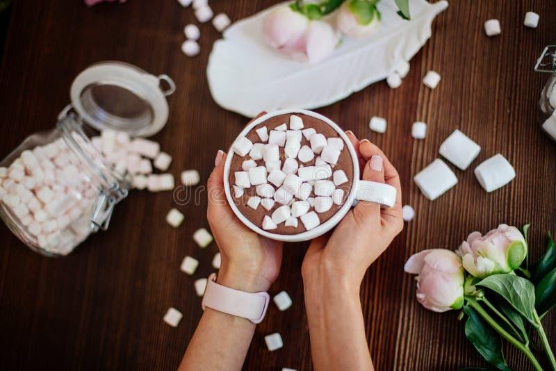 Cacao avec la guimauve et les fleurs photographie stock