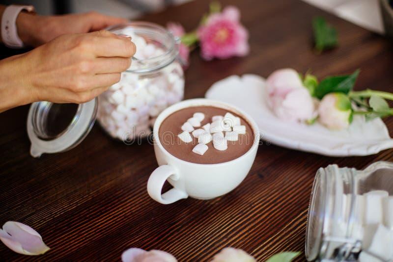 Cacao avec la guimauve et les fleurs photo stock