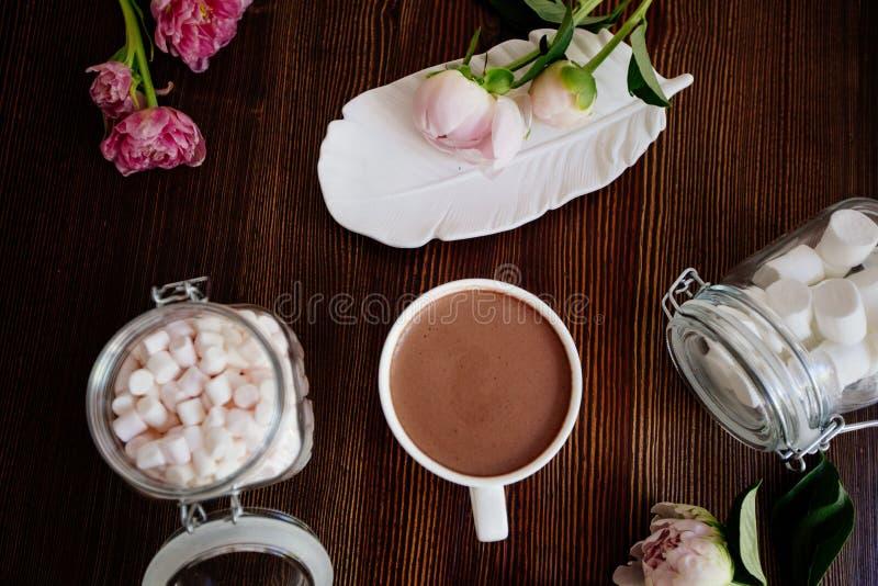 Cacao avec la guimauve et les fleurs photo libre de droits