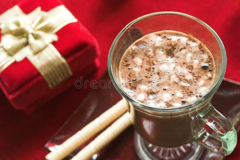 Cacao caldo con il regalo fotografia stock