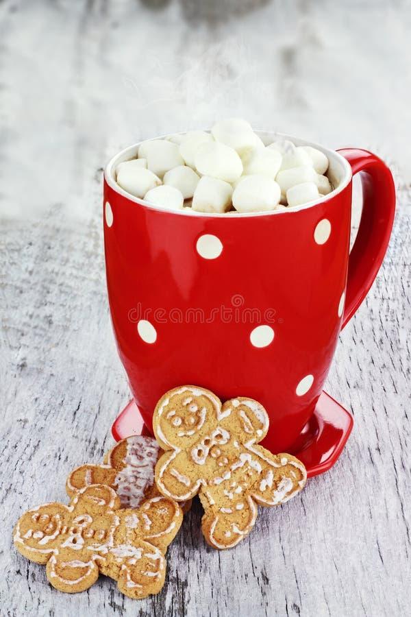 Cacao caldo con le caramelle gommosa e molle fotografia stock