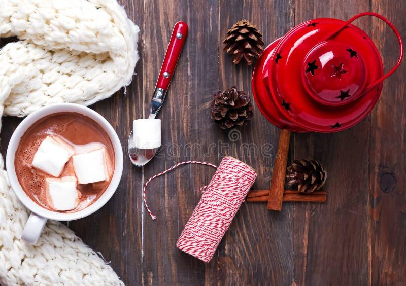 Cacao chaud avec les guimauves et le décor de Noël photos stock