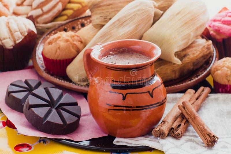 Cacao, chocolat et cannelle chauds mexicains en petit déjeuner du Mexique photo libre de droits