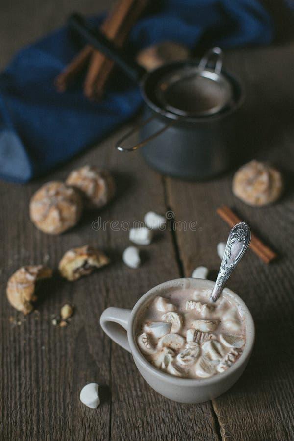 Cacao con las melcochas en la tabla de madera rústica fotos de archivo