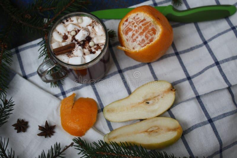 Cacao de la Navidad, mandarina, pera, cuchillo verde imágenes de archivo libres de regalías