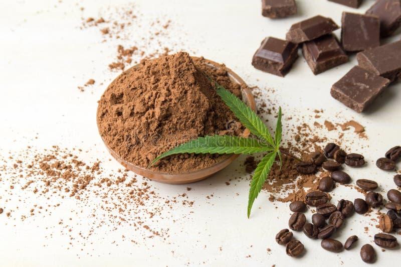 Cacao in een kom, chocoladestukken en koffie stock fotografie