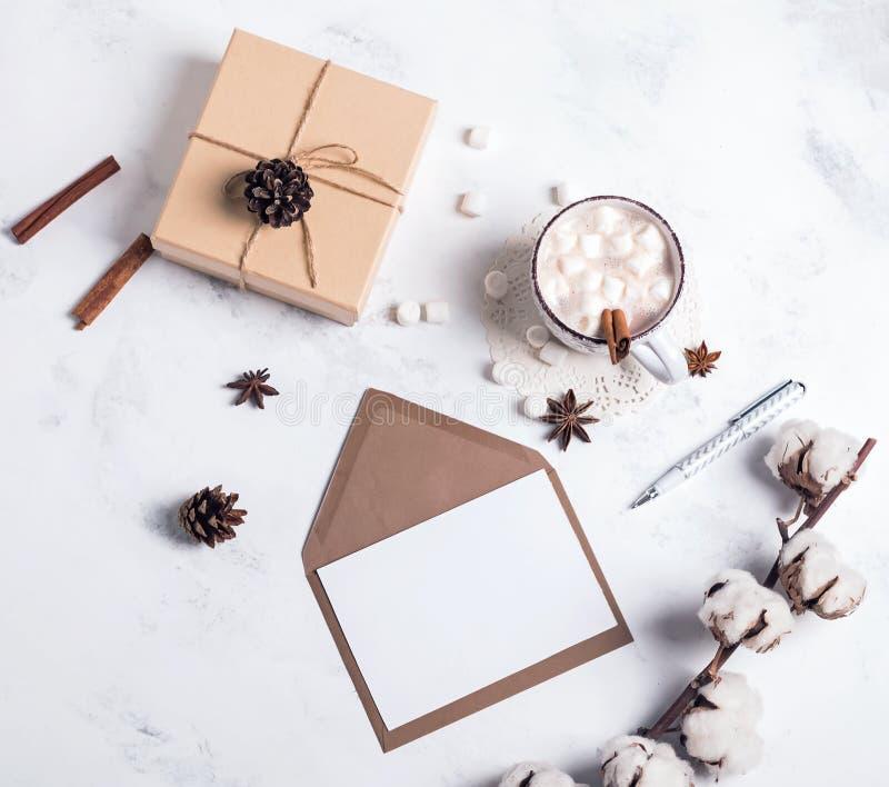 Cacao, giftbox y papel en blanco, visión superior imagen de archivo