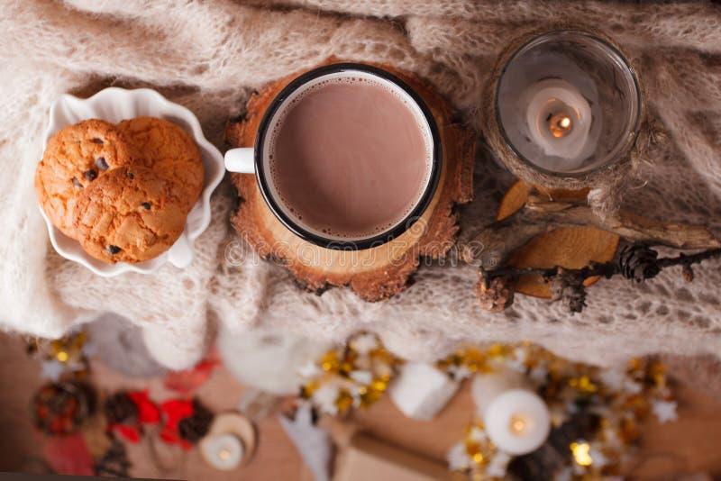 Cacao met de Comfortabele achtergrond van het de winterhuis, kop van hete cacao met Amerikaanse koekjes, warme gebreide sweater b royalty-vrije stock foto's
