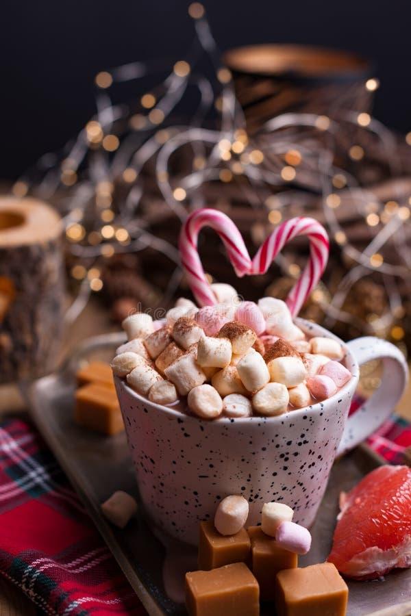 Cacao met heemst in een witte mok, een verschillende Kerstmissuikergoed en snoepjes Foto in donkere stijl en beschikbare ruimte v stock foto's