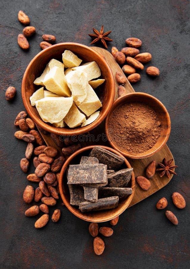 Cacaobonen, boter en chocolade stock foto's