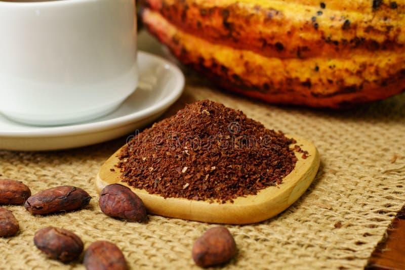 Cacaobonen dichtbij witte kop, ruw cacaofruit, cacaobonen stock afbeeldingen