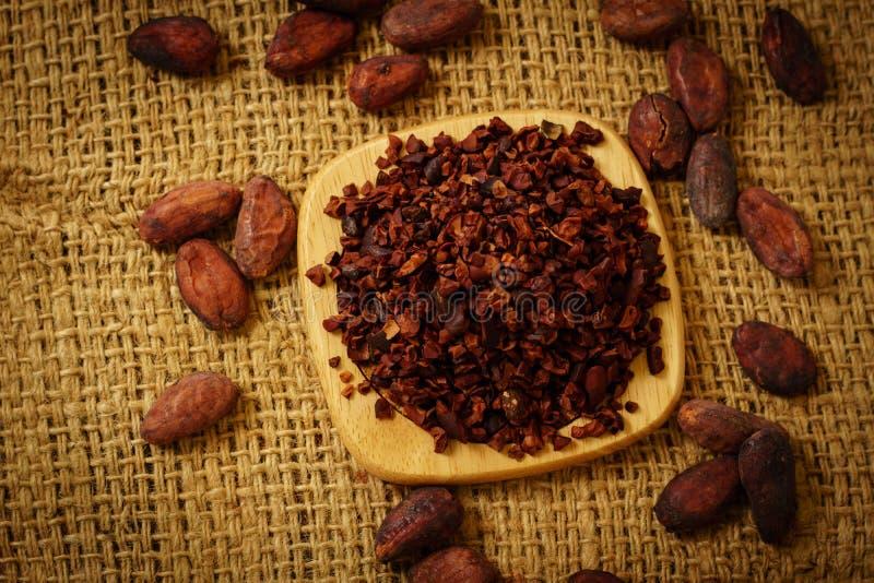 Cacaobonen en cacaobonen op jute stock foto's