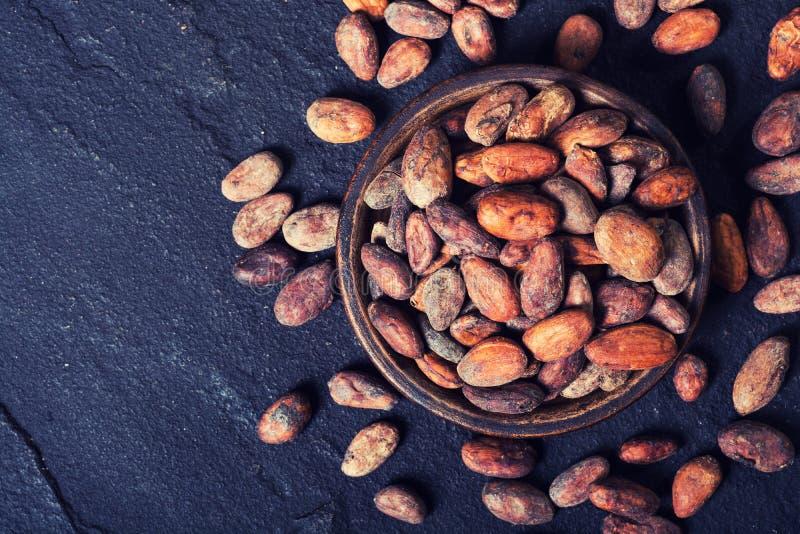 Cacaobonen in kom stock fotografie