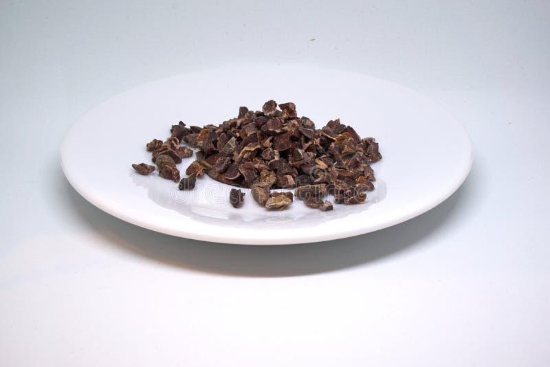 Cacaobonen op een geïsoleerde plaat royalty-vrije stock foto's