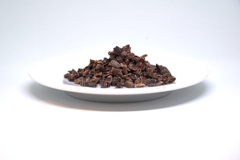 Cacaobonen op een geïsoleerde plaat royalty-vrije stock afbeelding