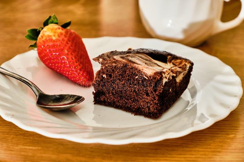 Cacaocake met gestremde melk op witte plaat royalty-vrije stock foto's