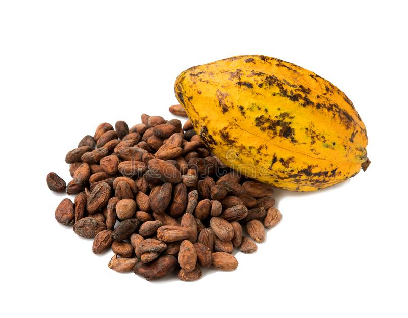 Cacaofruit, ruwe cacaobonen, Cacaopeul op witte achtergrond stock foto