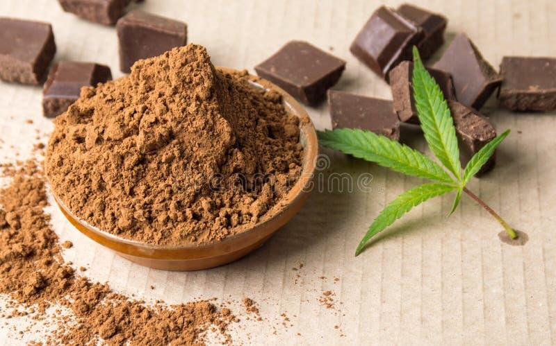 Cacaopoeder in een kom, chocoladestukken en koffie royalty-vrije stock foto's