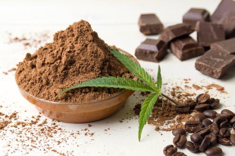 Cacaopoeder in een kom, chocoladestukken en koffie stock foto's