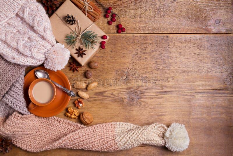 Cacau, café, caixa de presente, ramo do abeto, porcas, cones, lenço de lã feito malha e chapéu inverno, ano novo, composição do N foto de stock