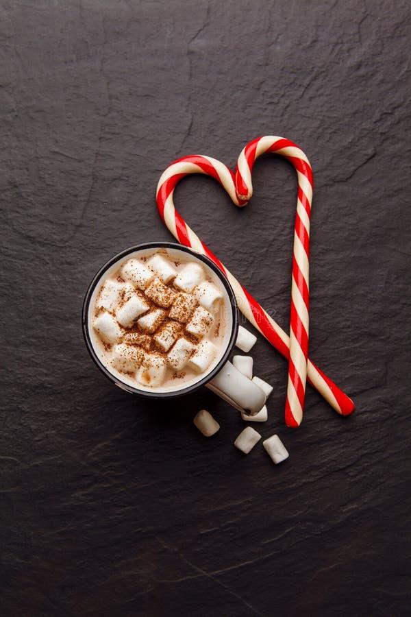 Cacau quente com o bastão do marshmallow e de doces Vista superior fotos de stock