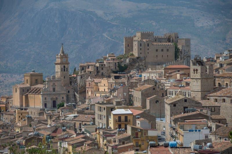 Caccamo, Sicília Cidade italiana medieval com Norman Castle dentro imagens de stock
