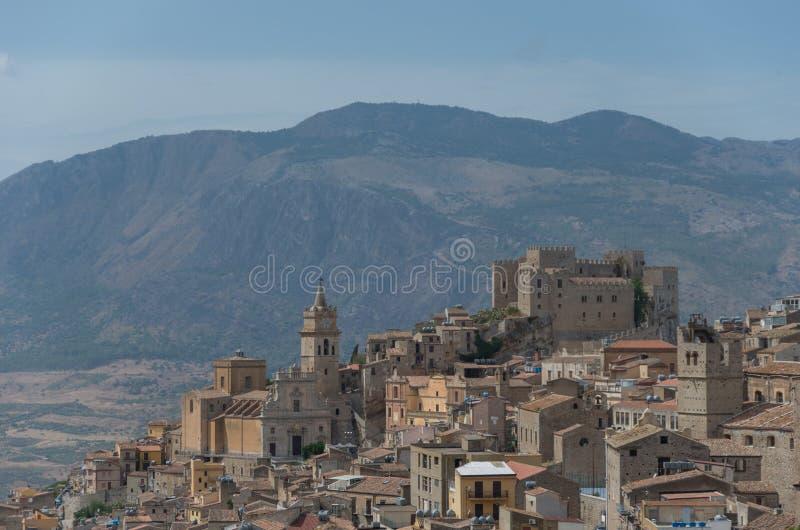 caccamoslottsicily sikt Medeltida italiensk stad med Norman Castle in fotografering för bildbyråer