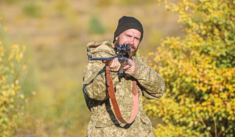 Cacciatore barbuto spendere caccia di svago Fuoco e concentrazione di cacciatore con esperienza Cercare concetto maschile di hobb fotografia stock libera da diritti