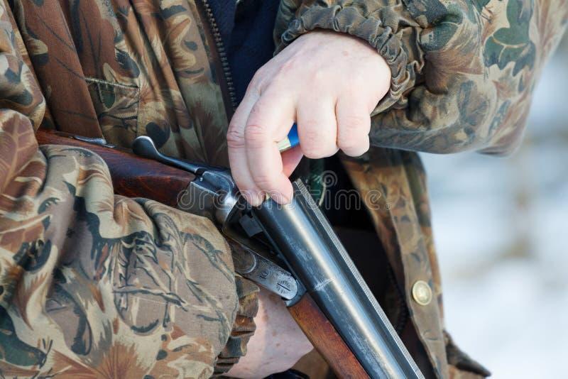 Cacciatore che carica parallelamente il suo vecchio fucile da caccia a doppia canna russo fotografia stock libera da diritti