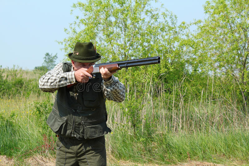 Cacciatore che mira con il fucile da caccia fotografia stock libera da diritti