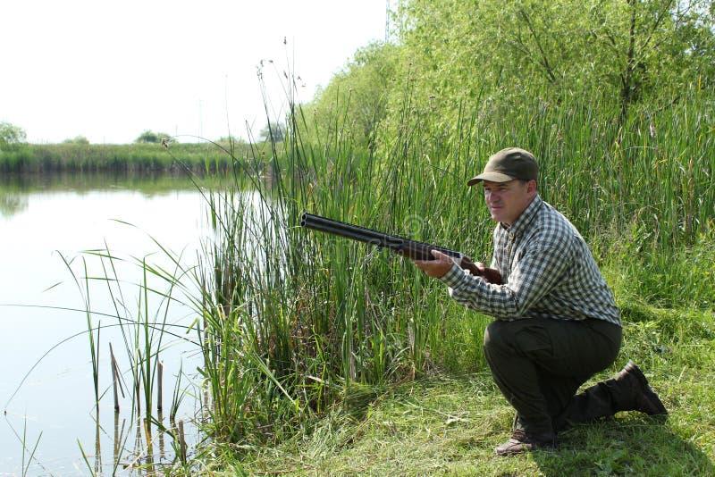Cacciatore con il fucile da caccia fotografia stock libera da diritti