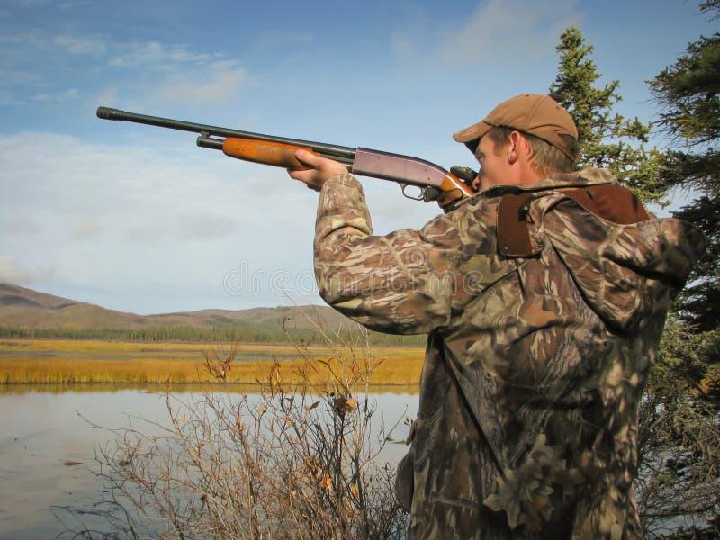 Cacciatore con il fucile da caccia immagini stock