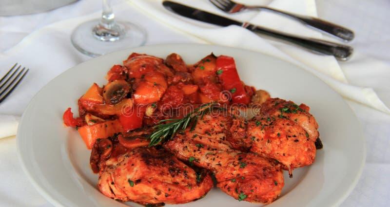 Cacciatore de poulet avec les poivrons doux tendres du plat blanc au restaurant images libres de droits